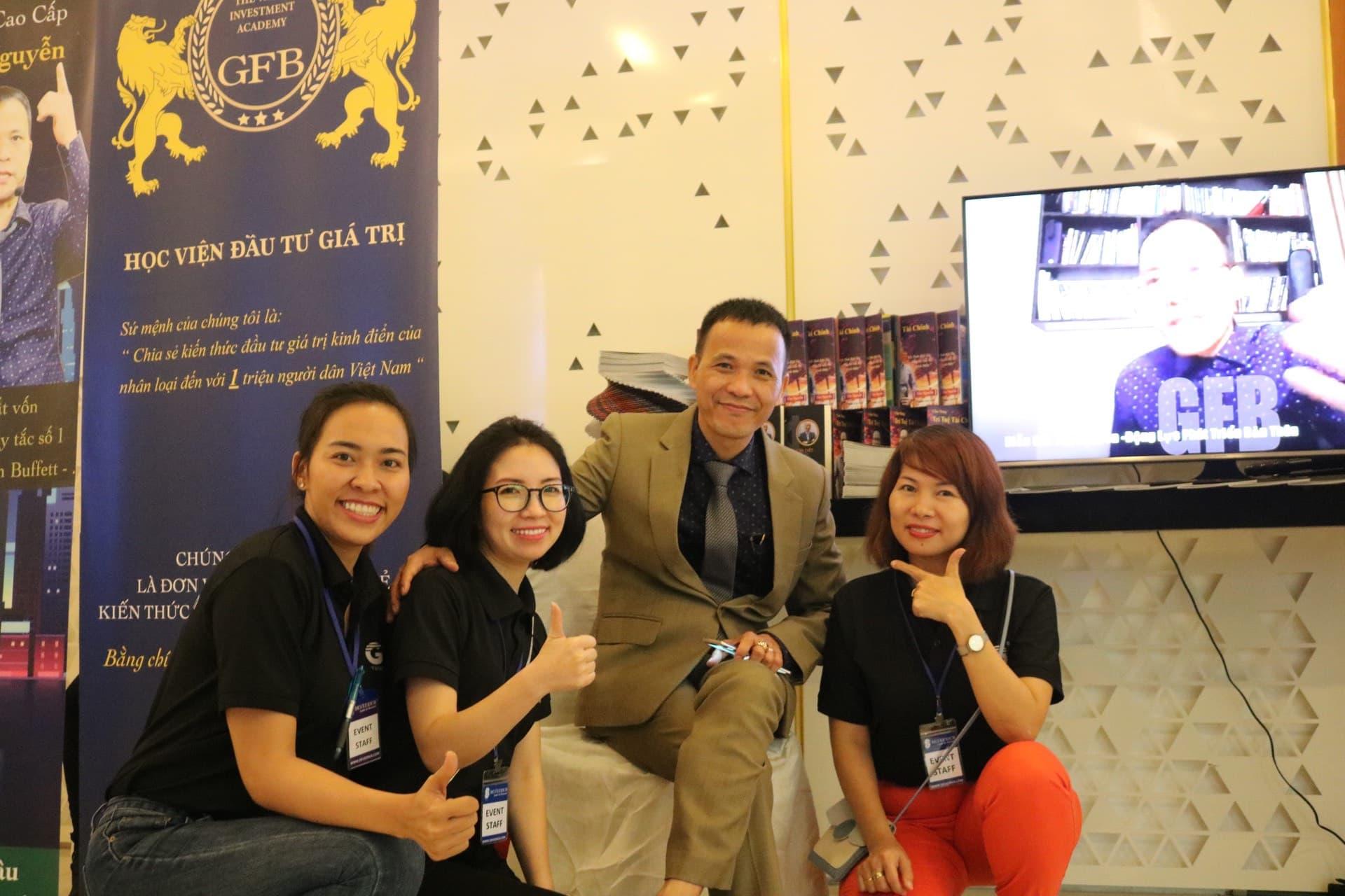 DG Tần Nguyễn chụp ảnh lưu niệm cùng Ban Tổ Chức hội nghi đầu tư CEO 2020